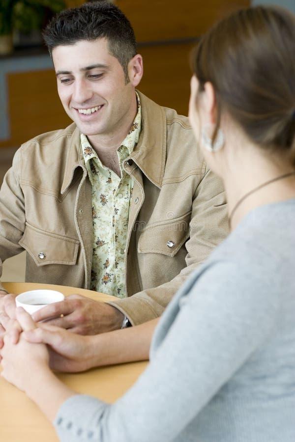 Couples parlant au-dessus du café photo libre de droits