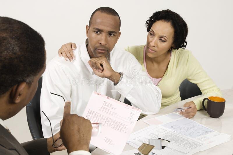 Couples parlant avec le comptable image libre de droits