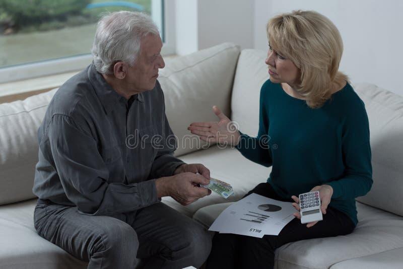 Couples parlant de l'argent image stock