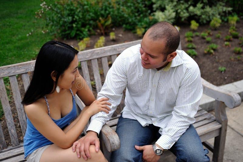 Couples parlant en stationnement de ville image libre de droits