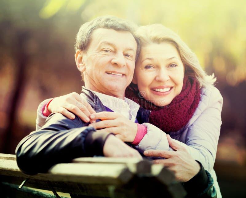 Download Couples Passant Le Temps Dehors Image stock - Image du ayant, mûr: 76083891