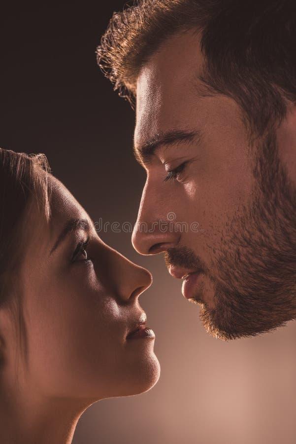 couples passionnés regardant l'un l'autre, images libres de droits