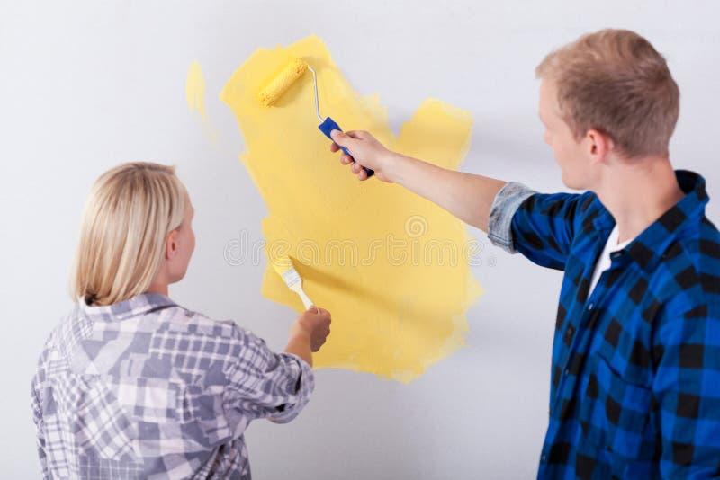 Couples peignant une salle photographie stock libre de droits