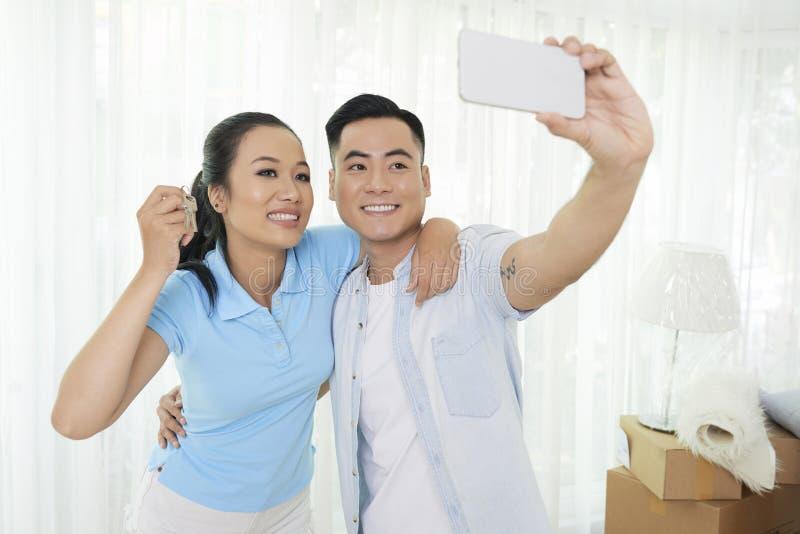 Couples photographiant dans de nouveaux apartmen images libres de droits
