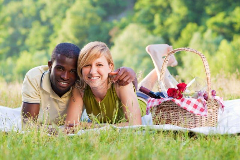 Couples pique-niquant en stationnement images libres de droits