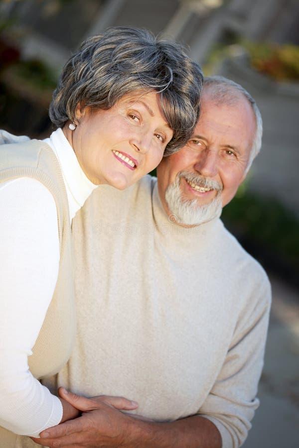 Couples plus anciens heureux à l'extérieur image stock