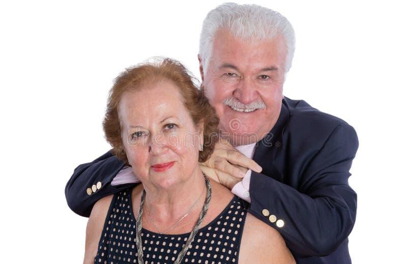 Couples plus anciens heureux se tenant ensemble photos stock