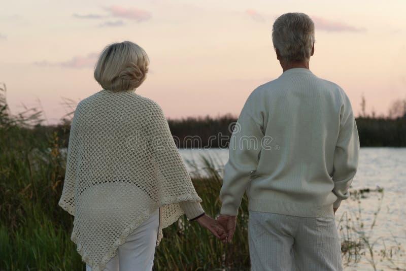 Couples pluss âgé à la rivière de nuit photos stock