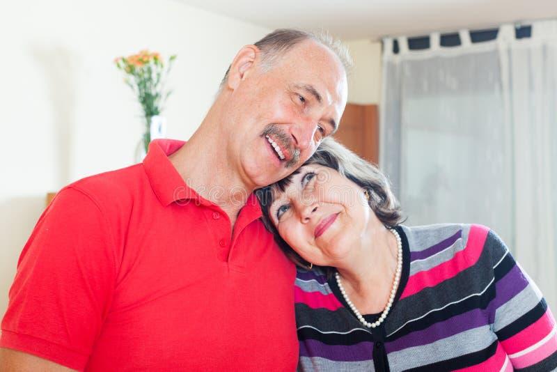 Couples pluss âgé affectueux heureux photographie stock