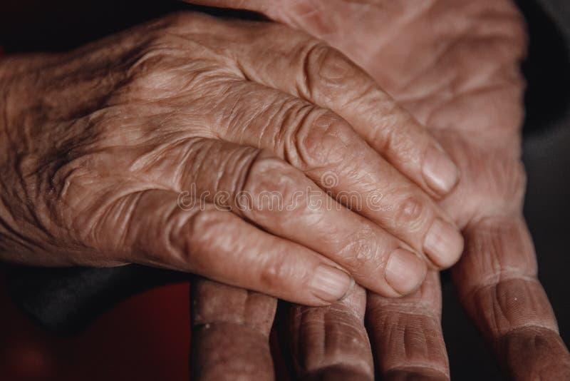 Couples pluss âgé, amour de mains de femme de participation d'homme photos stock