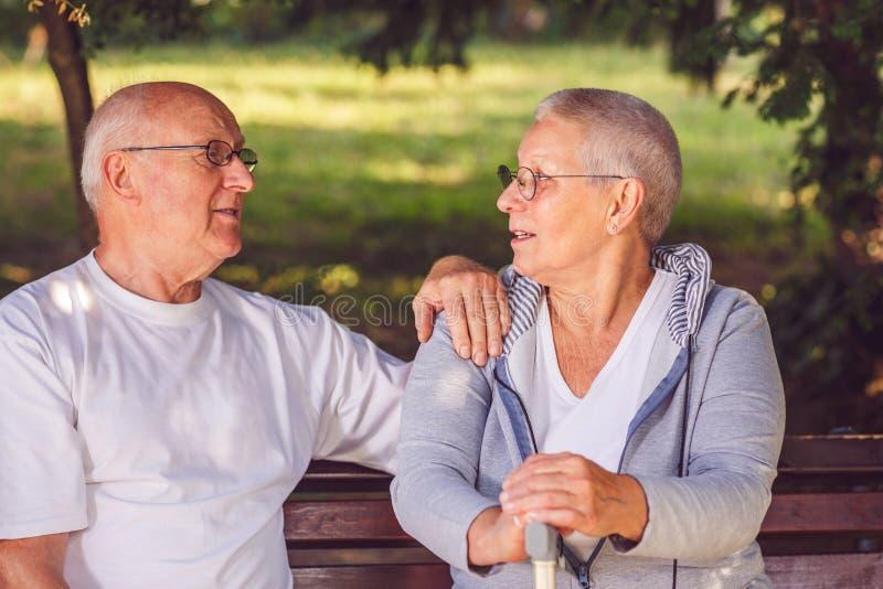 Couples pluss âgé détendant dehors un jour d'été photo stock