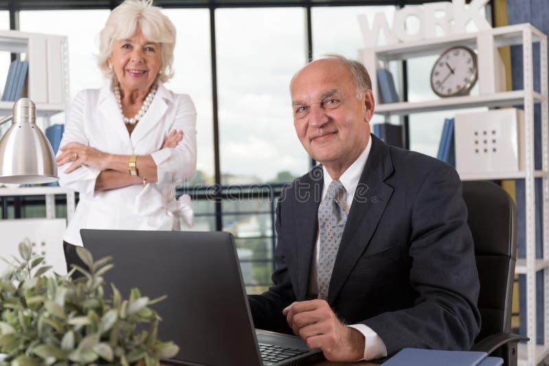 Couples pluss âgé dans le bureau images libres de droits