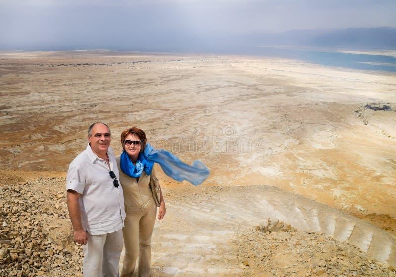Couples pluss âgé en montagnes donnant sur la mer morte photos stock
