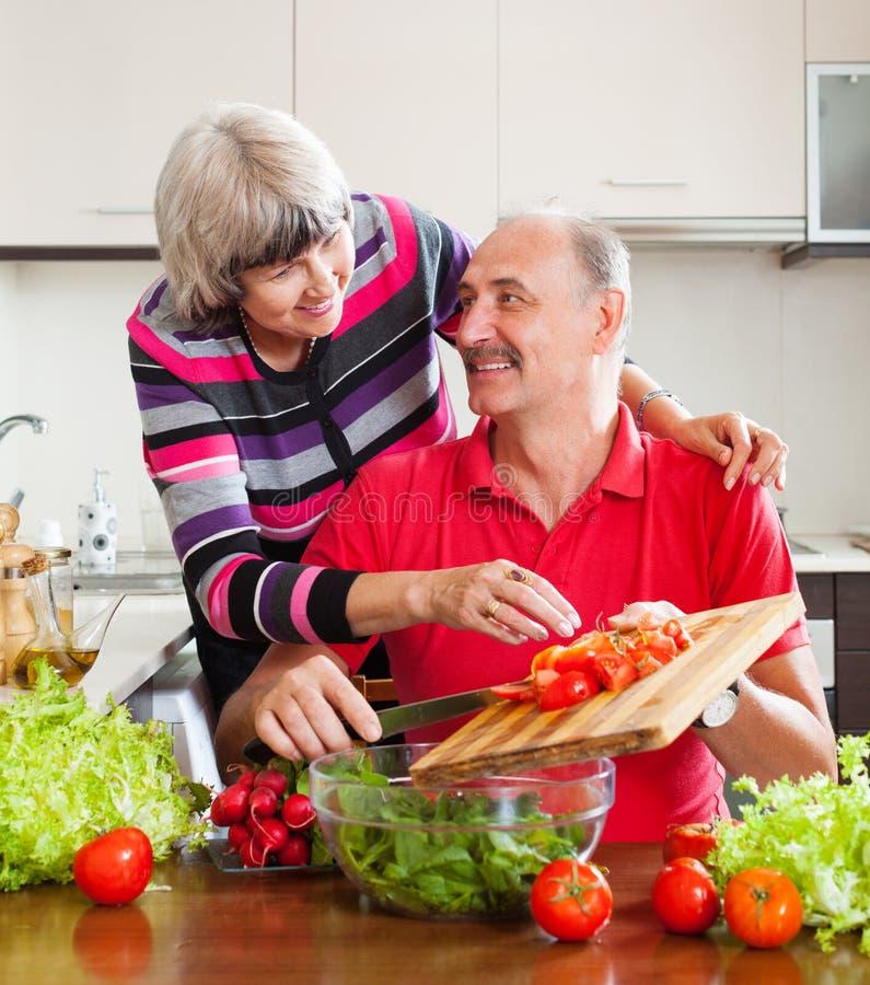 Couples pluss âgé faisant cuire dans la cuisine à la maison photos libres de droits