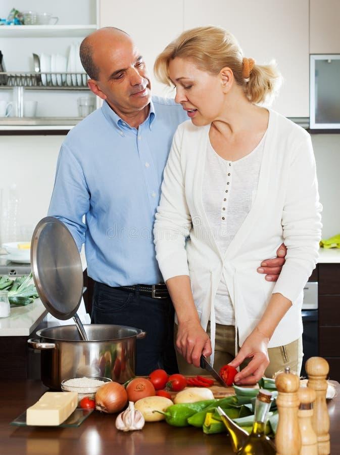 Couples pluss âgé faisant cuire la soupe photo stock