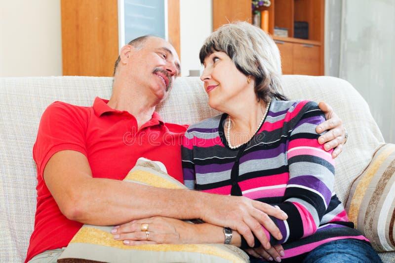 Couples pluss âgé heureux détendant ensemble photographie stock libre de droits