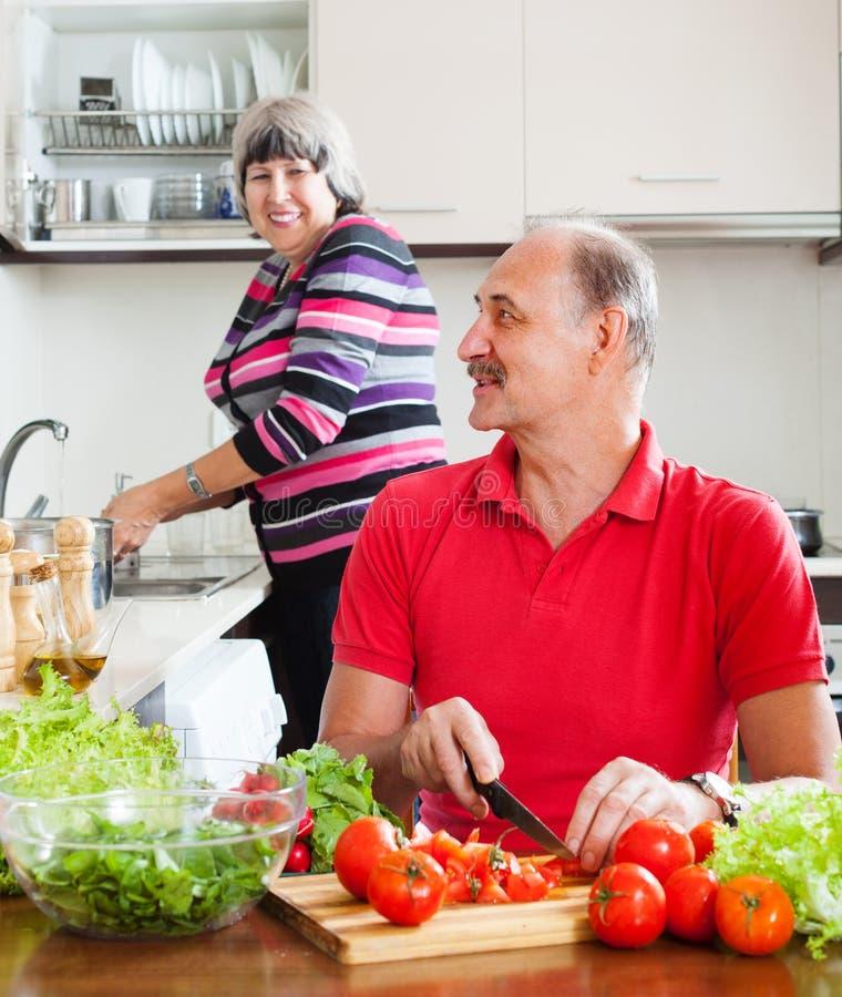 Couples pluss âgé heureux faisant des corvées images libres de droits