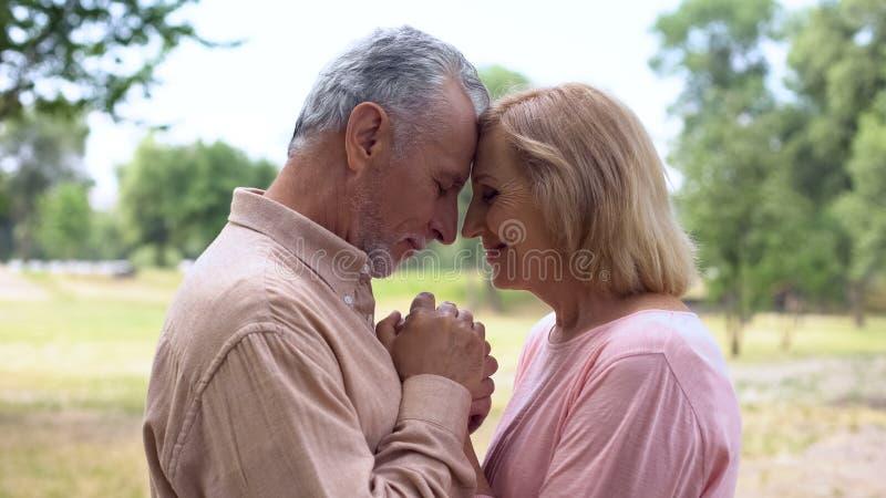 Couples pluss âgé heureux tenant des mains, appréciant des moments romantiques, unité image stock