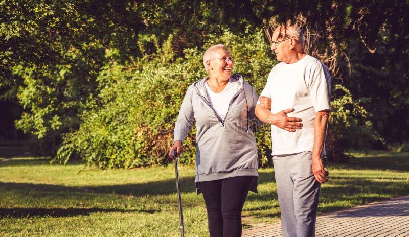 Couples pluss âgé marchant par le parc photos stock