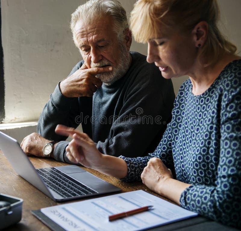 Couples pluss âgé recherchant l'information en ligne photos libres de droits