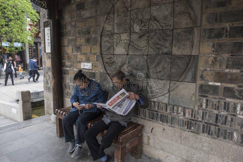Couples pluss âgé se reposant sur un banc en pierre dans la vieille porte à l'est photo libre de droits