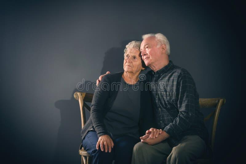 Couples pluss âgé songeurs pauvres image libre de droits