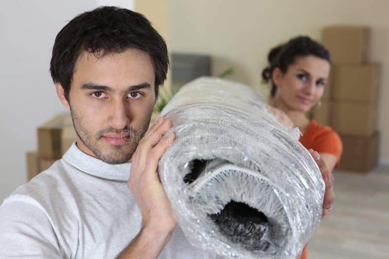 Couples portant une couverture images libres de droits