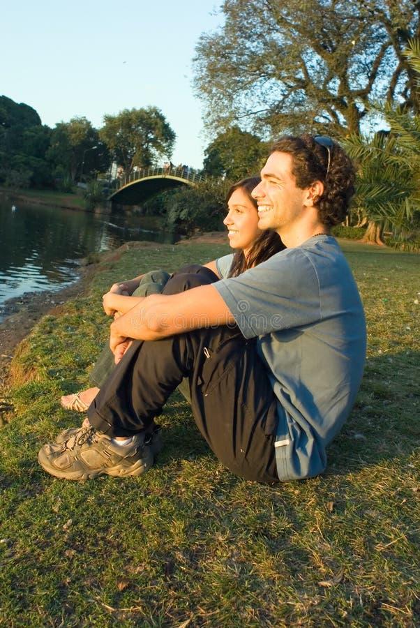 Couples posés par l'étang - verticale image stock