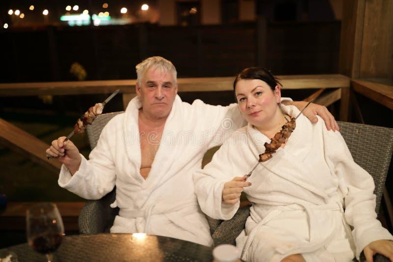 Couples posant avec le chiche-kebab sur des brochettes images stock