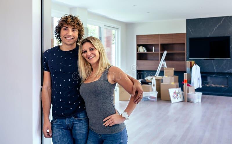 Couples posant dans le salon photographie stock