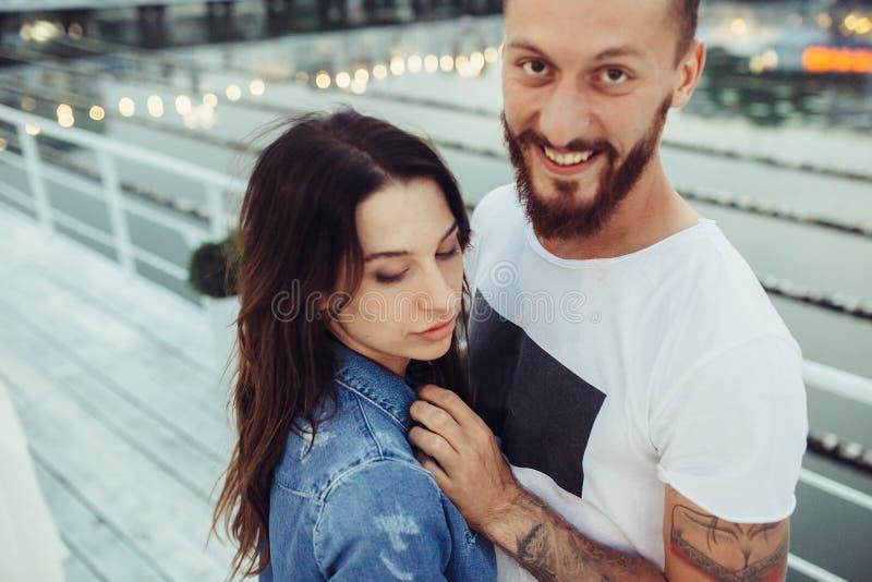 Download Couples Posant Sur Le Pilier Photo stock - Image du pilier, beau: 76077136