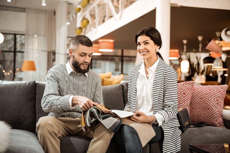 Couples positifs adultes appréciant le processus de choisir des meubles images libres de droits