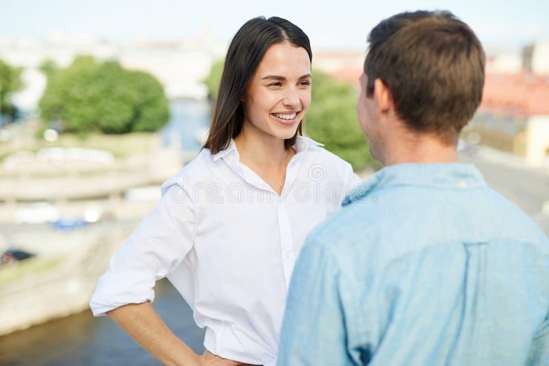 Couples positifs causant sur le toit photographie stock libre de droits