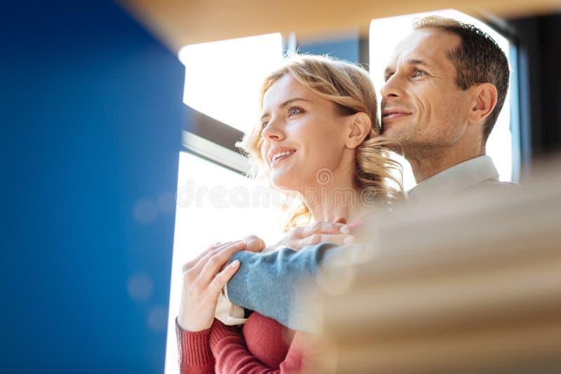 Couples positifs gentils se tenant ensemble photos stock