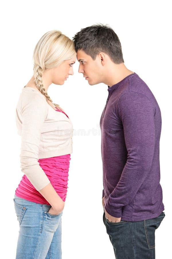 Couples poussant leurs têtes les uns contre les autres photos libres de droits