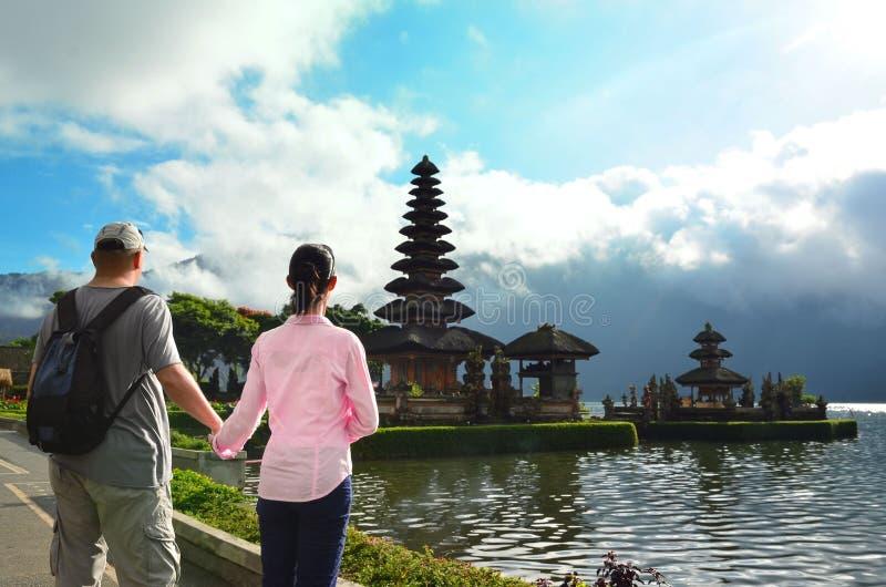 Couples près du temple célèbre Pura Ulun Danu au lac Beratan, Bali image stock