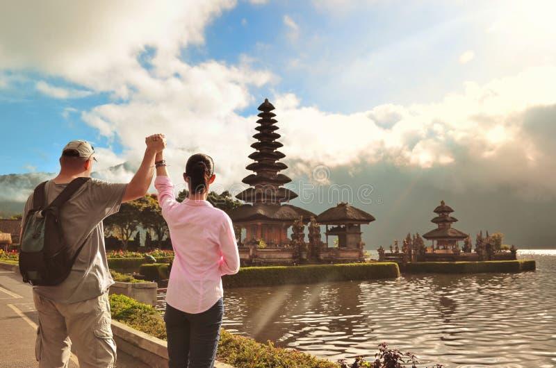 Couples près du temple célèbre Pura Ulun Danu au lac Beratan, Bali photographie stock libre de droits