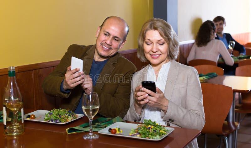 Couples prenant des photoes de repas photos libres de droits