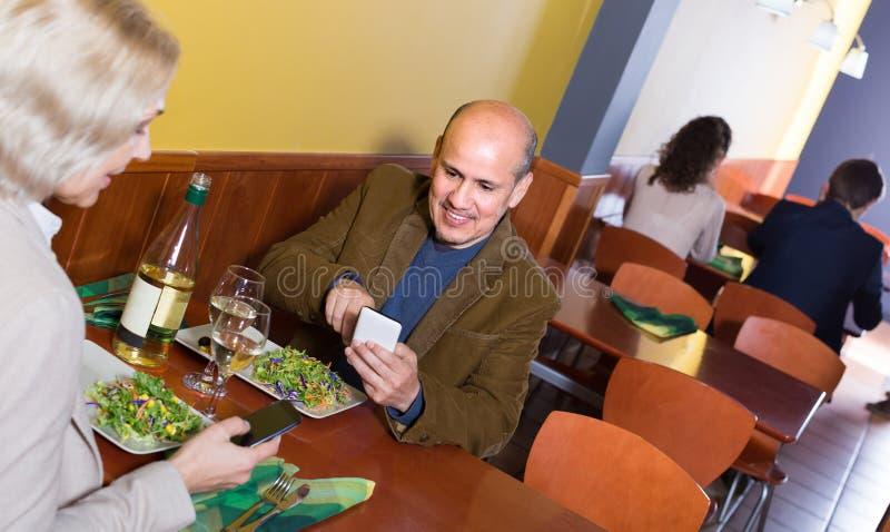 Couples prenant des photoes de repas photos stock