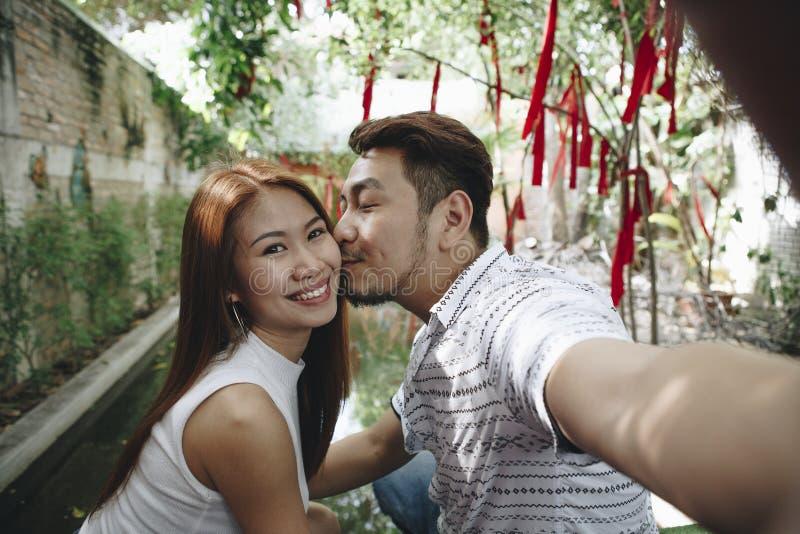 Couples prenant des selfies ensemble dehors image libre de droits