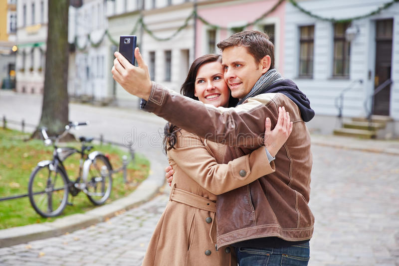Couples prenant la photo avec le smartphone photographie stock