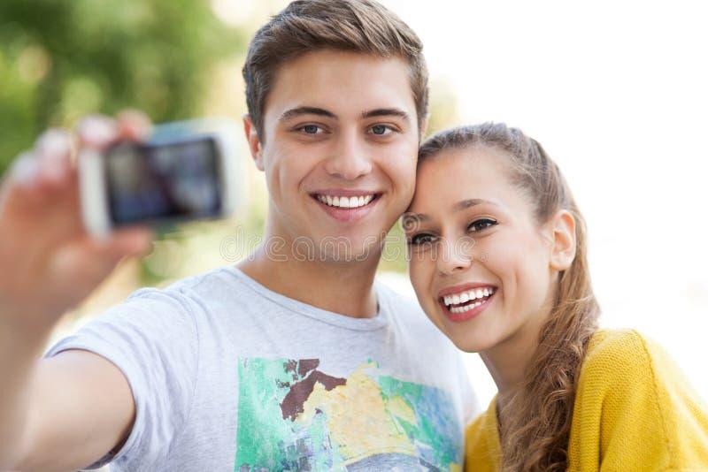 Couples prenant la photo de lui-même photos libres de droits
