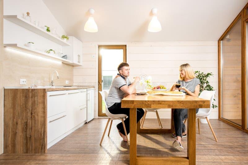 Couples prenant le petit déjeuner à la maison de campagne images stock