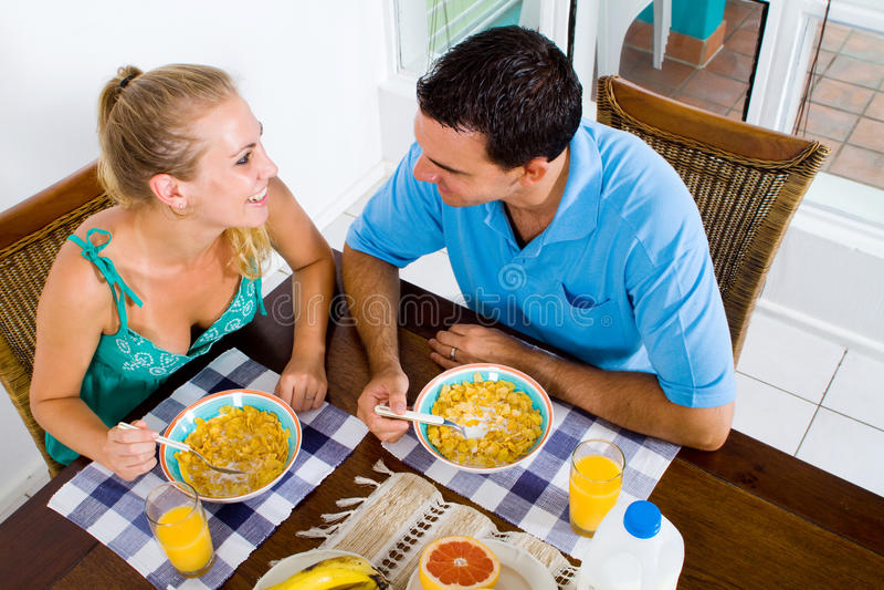 Couples prenant le petit déjeuner image stock