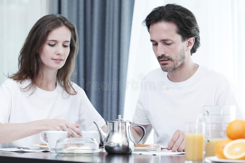 Download Couples Prenant Le Petit Déjeuner Image stock - Image du caucasien, heureux: 76082477
