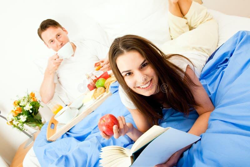 Couples prenant le petit déjeuner dans le bâti image stock