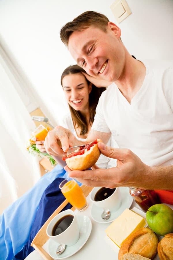 Couples prenant le petit déjeuner dans le bâti images stock