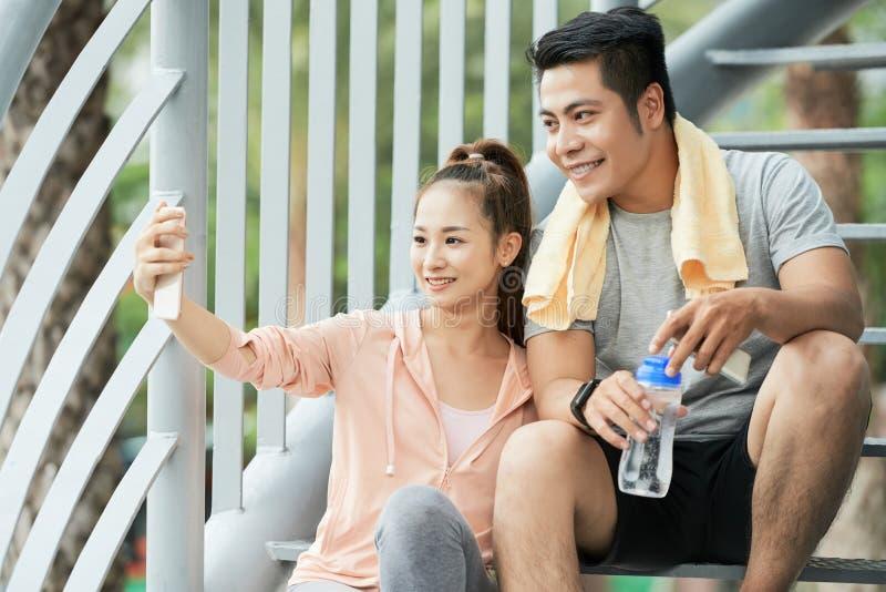 Couples prenant le selfie images stock