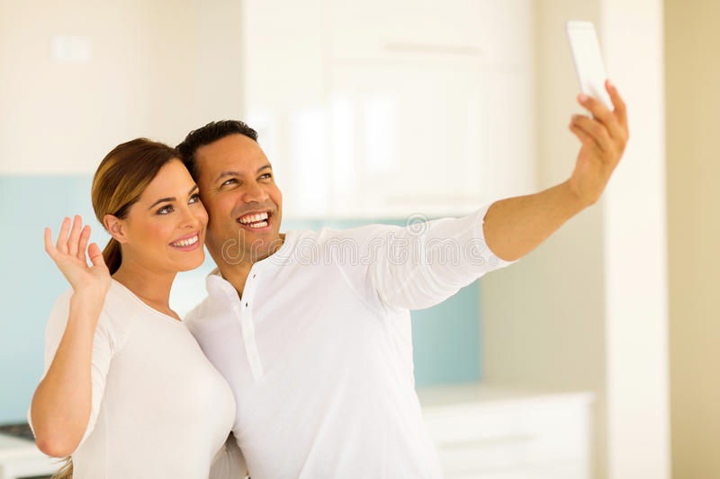 Couples prenant le selfie ensemble photo stock