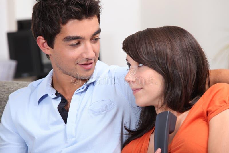 Couples prenant un appel inattendu images libres de droits